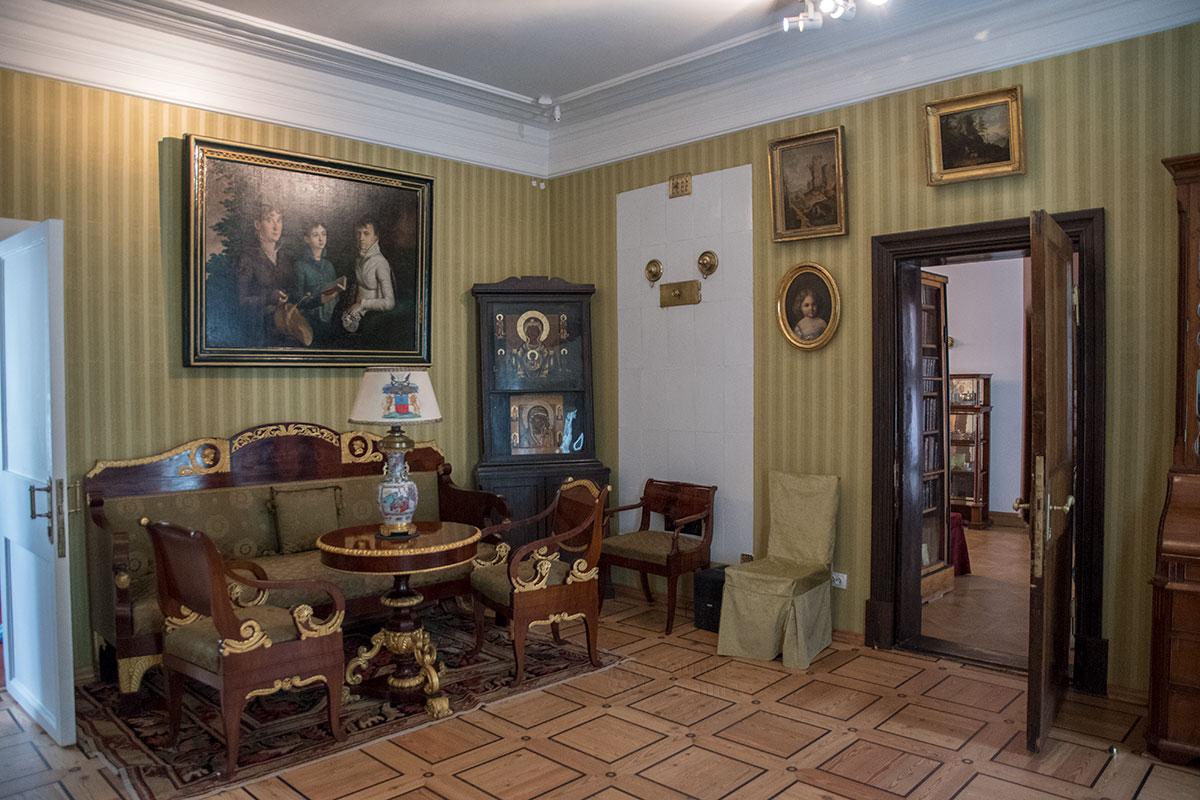 Зеленую гостиную усадьбы Мураново украшают великолепный набор мебели, древний киот с иконами и самая большая картина из всего собрания.