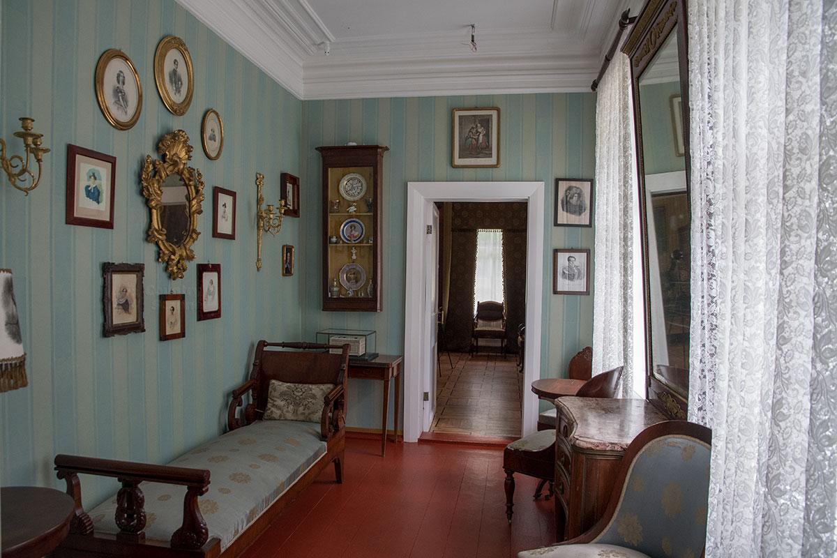 Проходная комната первого этажа соединяет прихожую дома в усадьбе Мураново с парадной анфиладой, а теперь используется в обратном направлении.