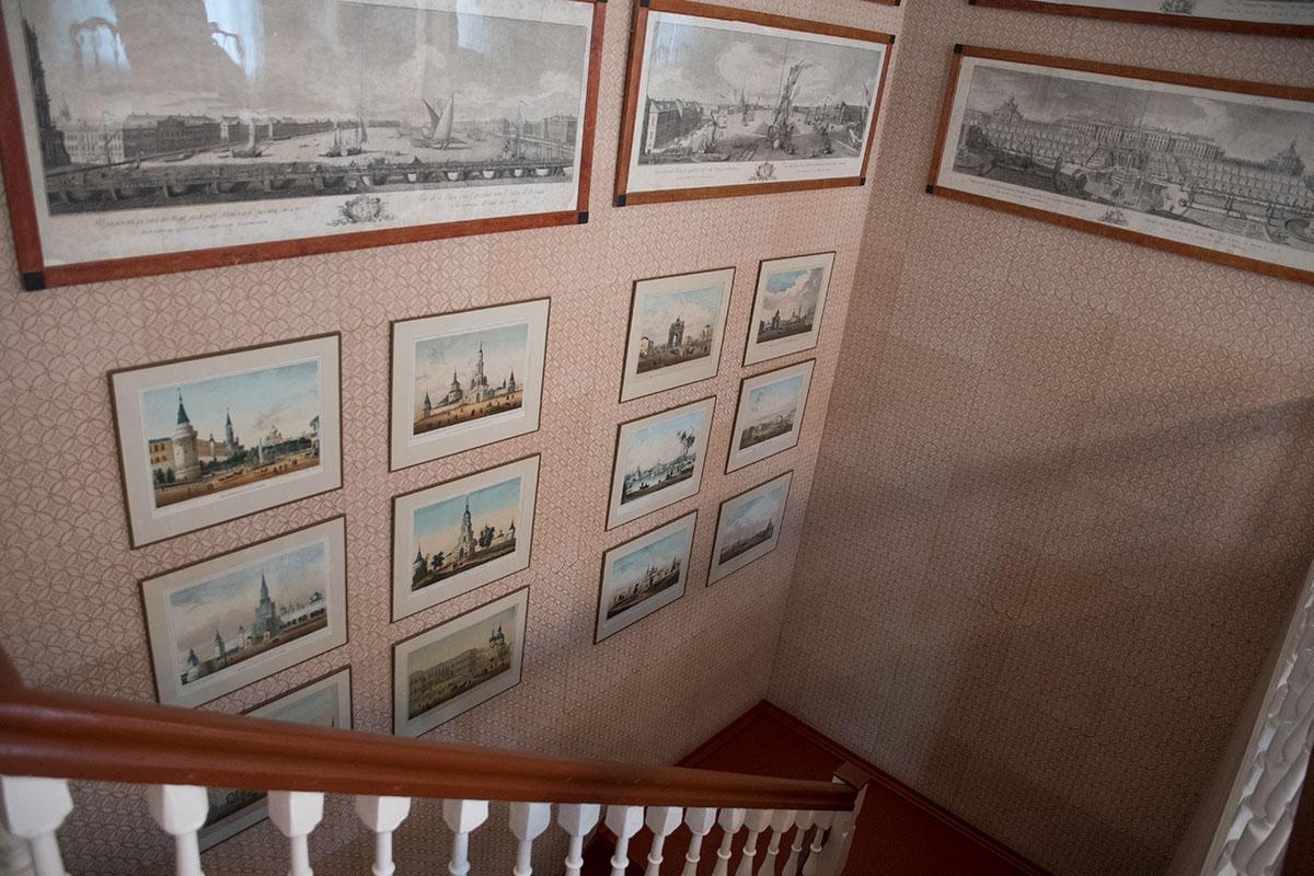 Парадная лестница дома в усадьбе Мураново украшена многочисленными рисунками городских видов и увеличенными старинными фотографиями.