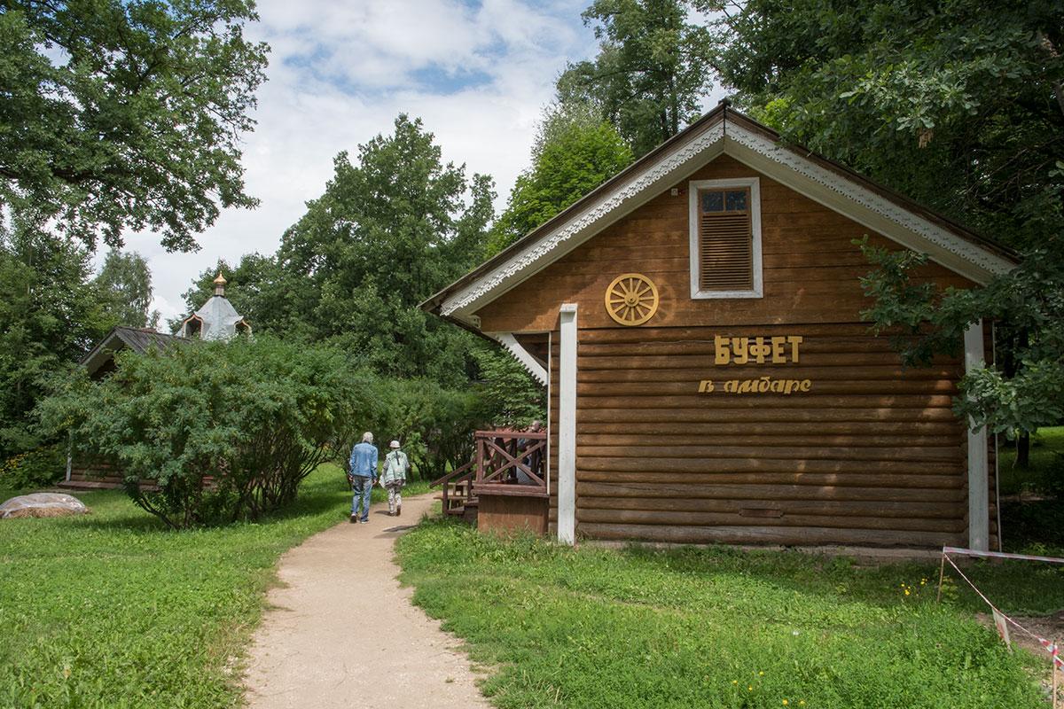 На территории усадьбы Мураново организован Буфет в амбаре, обслуживающий желающих из числа имеющих билеты на посещение музея.