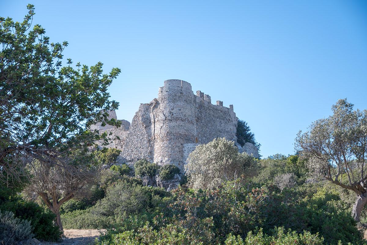Покидая замок Асклипио, можно выбрать отличные ракурсы для фотографий, где очевидные разрушения скрыты густой растительностью.