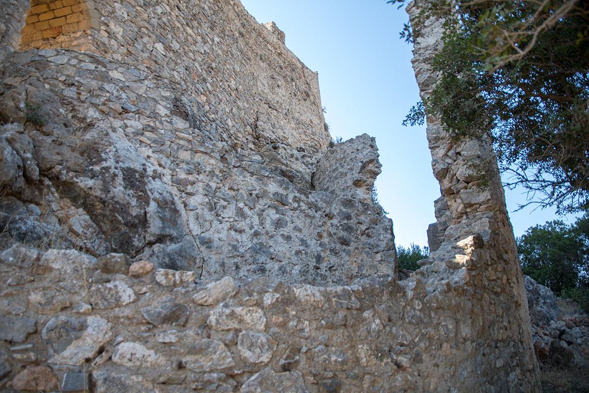 Отдельные участки укреплений замка Асклипио настолько повреждены, что реально угрожают возможностью неожиданного обрушения.