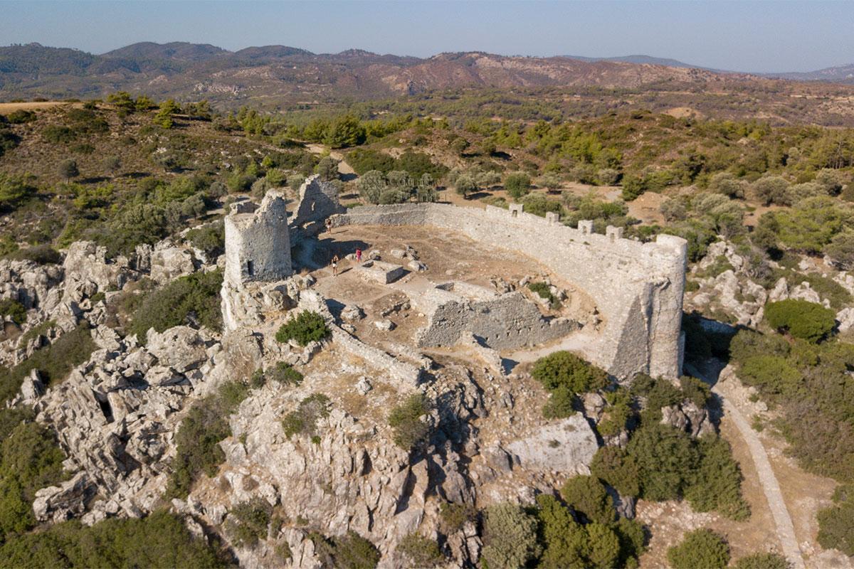 Общим планом сфотографировать замок Асклипио на острове Родос, расположенный на возвышенности, можно только с летающего устройства.