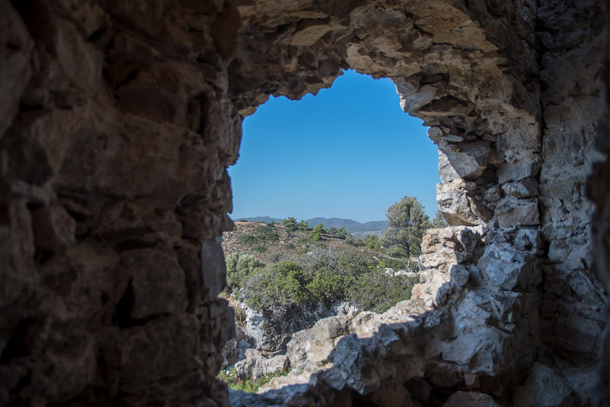 Фотографировать изнутри башни замка Асклипио живописные окрестности можно, но соблюдая необходимые меры безопасности.