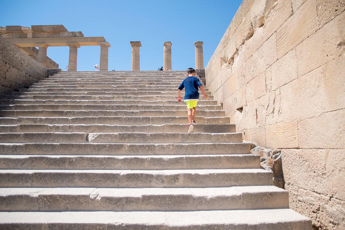 Далее к Акрополю Линдоса от постамента Аглаохарта ведет каменная лестница, на выходе видны стволы нескольких колонн.