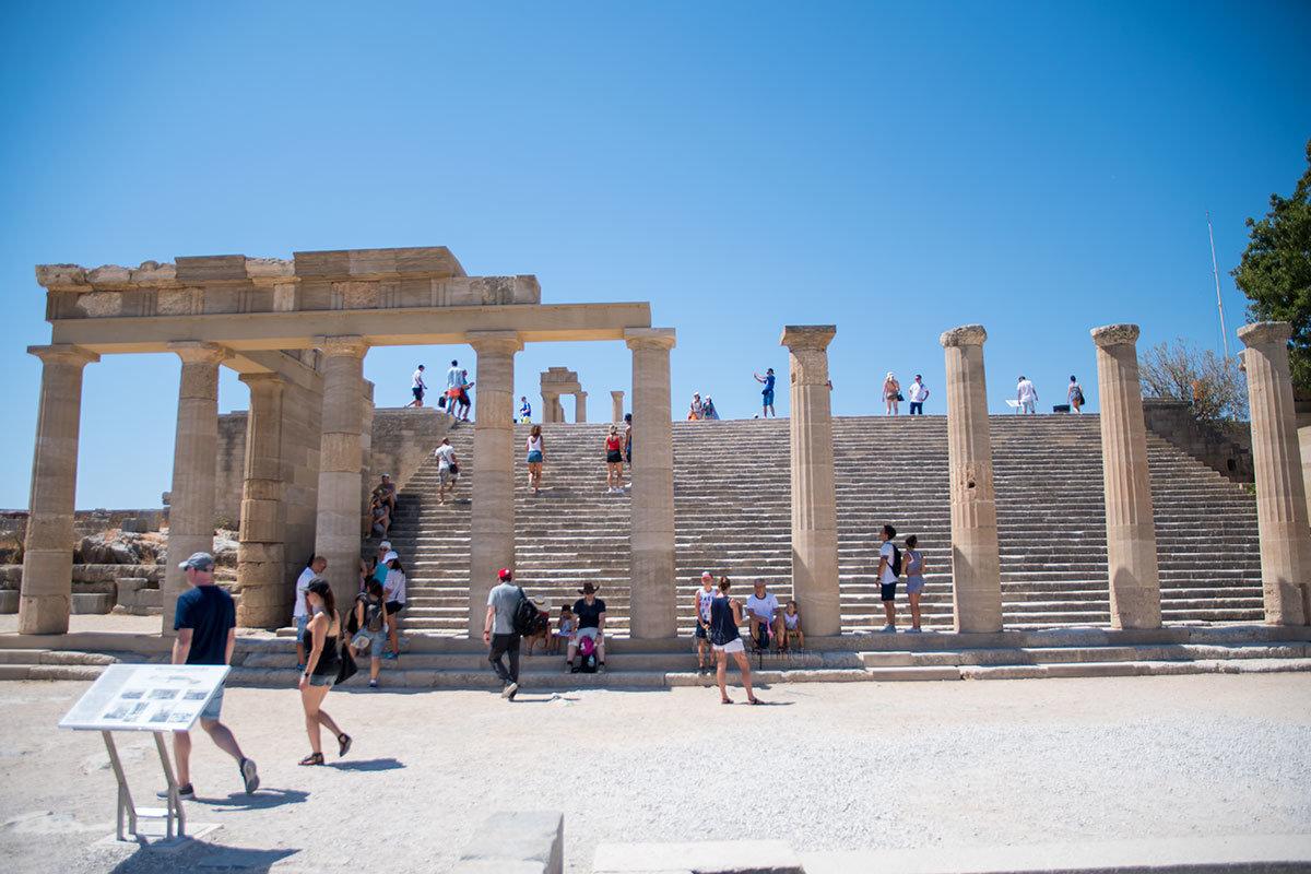 Остаются последние сооружения Акрополя Линдоса перед храмом Афины, это Дорический портик и широкая лестница величественных когда-то Пропилеев.