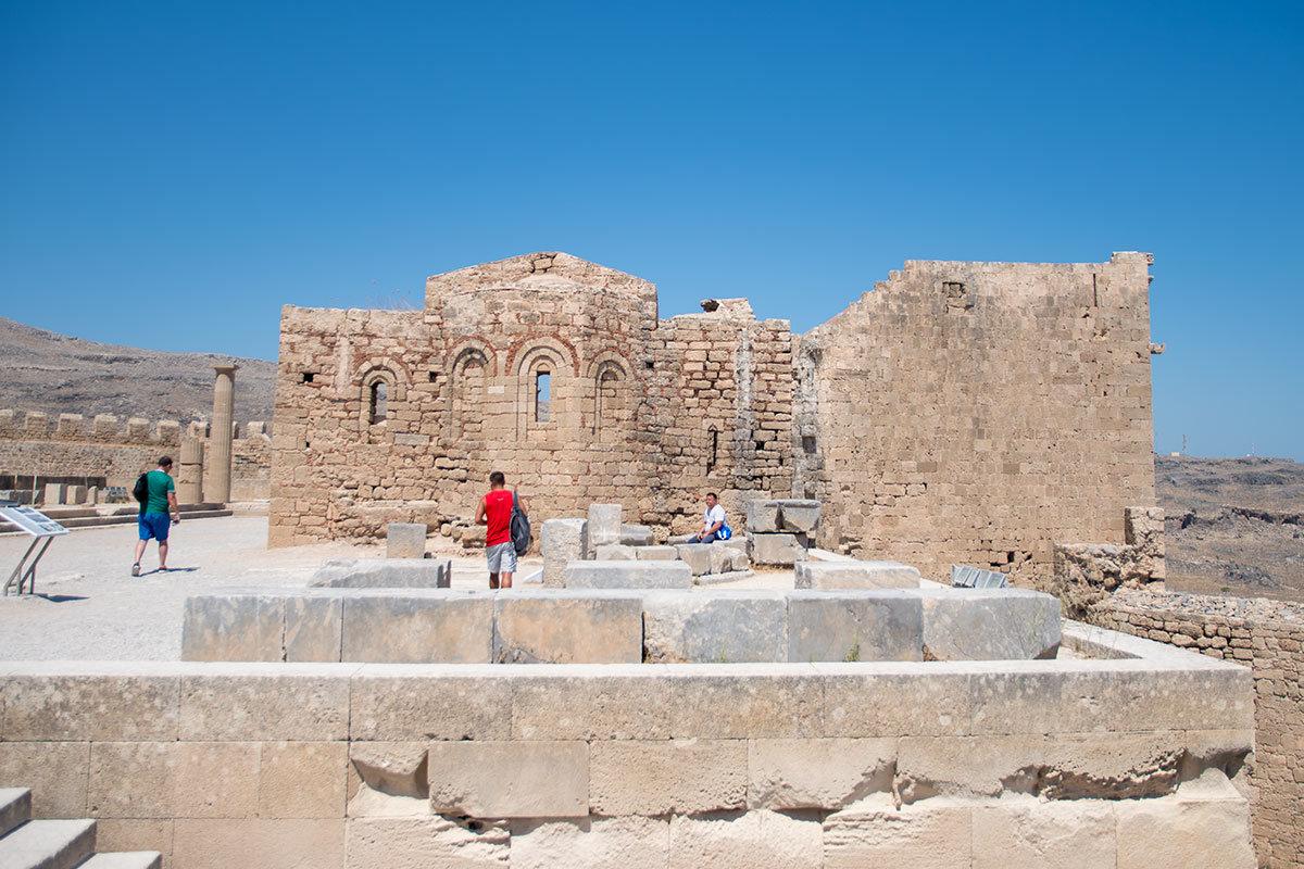 Рыцари ордена иоаннитов, или госпитальеров, двести лет владевшие Родосом, дополнили Акрополь Линдоса церковью своего покровителя.