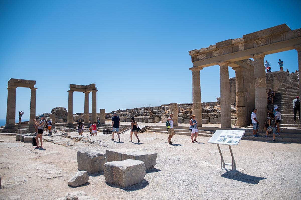 Уже в римскую эпоху Акрополь Линдоса был огражден и со стороны моря вновь построенным Ионическим портиком, осталось две группы колонн.