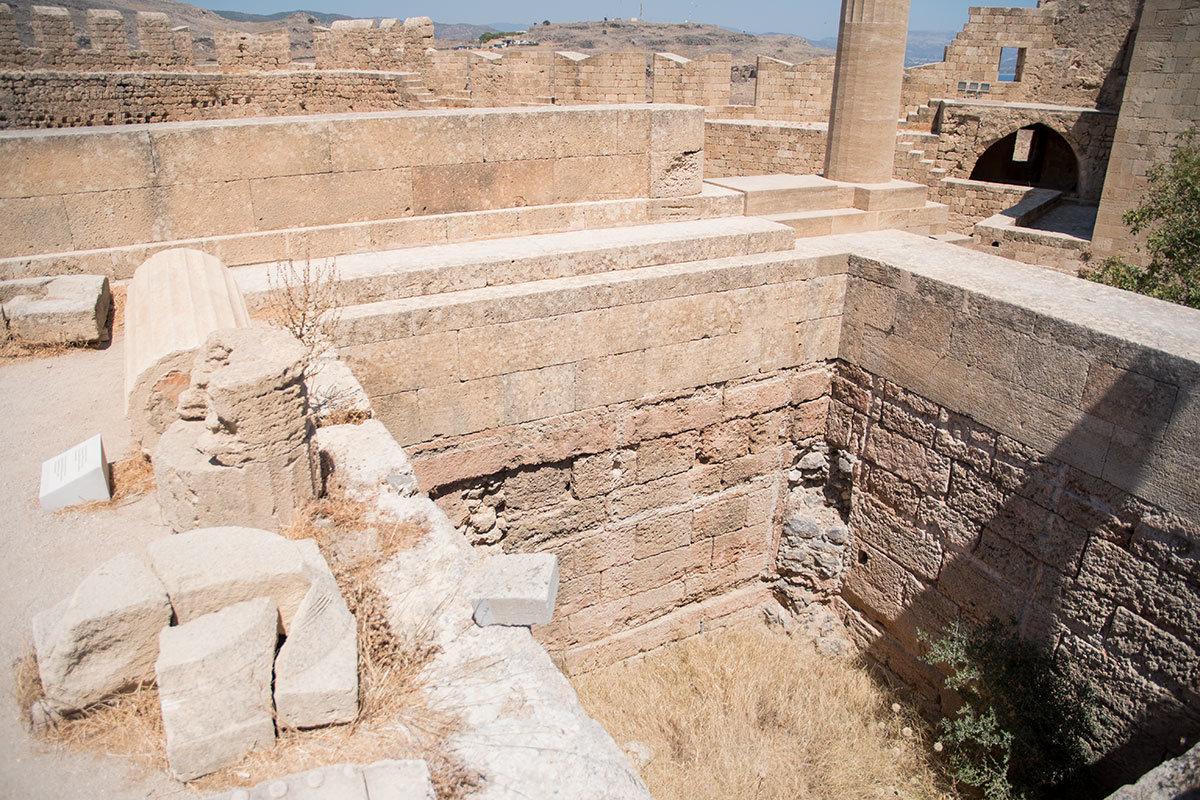 Археологи, производившие раскопки на территории Акрополя Линдоса, обнаружили рядом с Пропилеями емкость для хранения подношений.