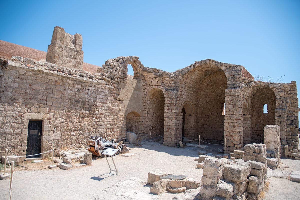 Римским дополнением к сооружениям Акрополя Линдоса стал храм в честь императора Диоклетиана, традиционно обожествленного при жизни.