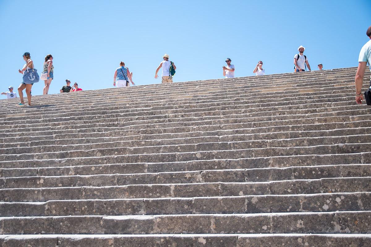 Пропилеи Акрополя Линдоса в значительной мере разрушены, однако широченная лестница осталась целой и словно вздымается в небеса.