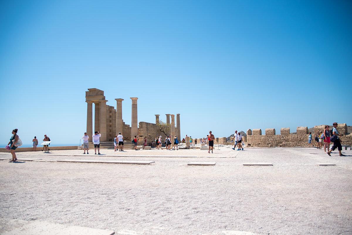 Центральным и главным сооружением Акрополя Линдоса является храм Афины Линды, сохранившийся лишь частично.