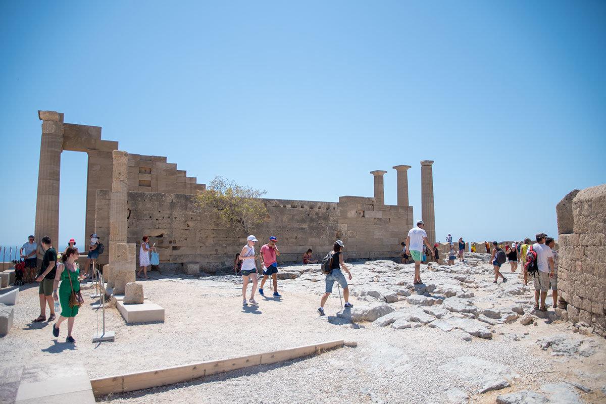 Несмотря на центральное положение в Акрополе Линдоса, территория храма Афины не блещет упорядоченностью археологических находок.