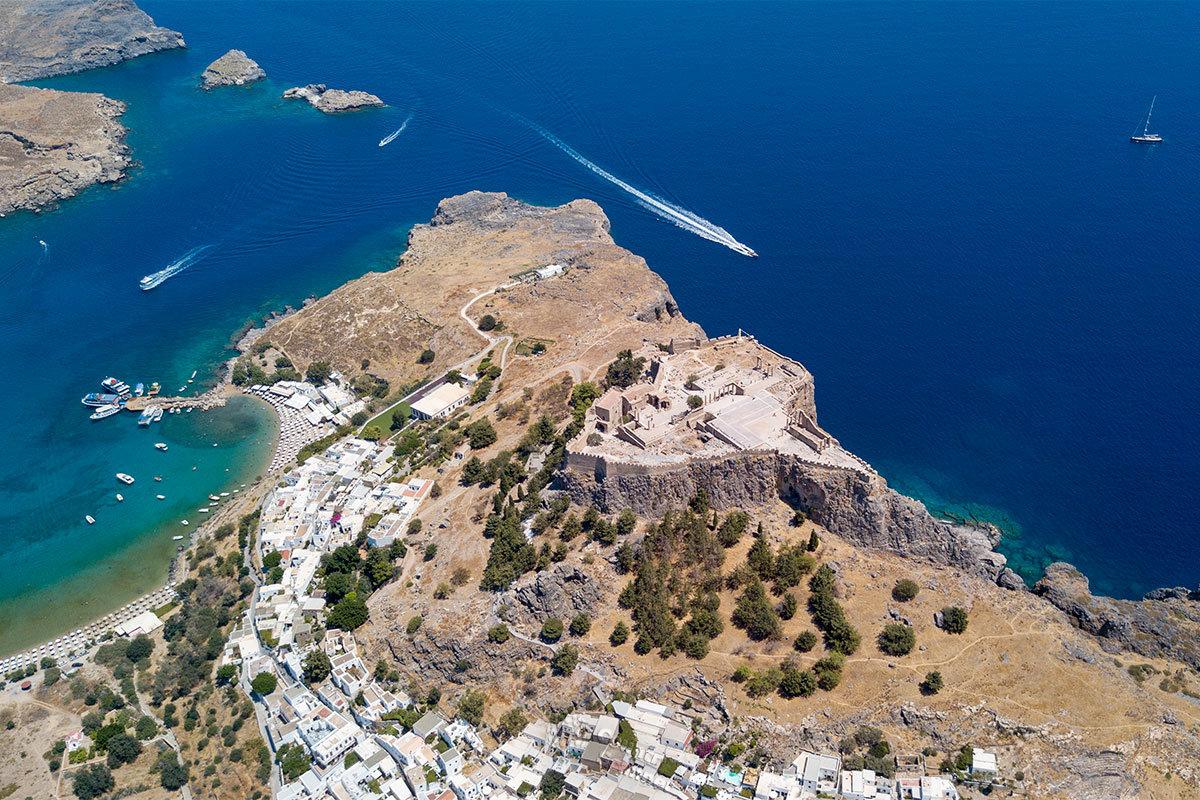 На высотной фотографии возвышенность, на которой размещен Акрополь Линдоса, выглядит подобием пня от гигантского дерева.