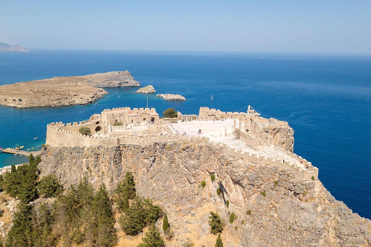 Абсолютно непреступная, совершенно отвесная скала, на которой греки построили Акрополь Линдоса, была позднее еще и обнесена крепостной стеной.