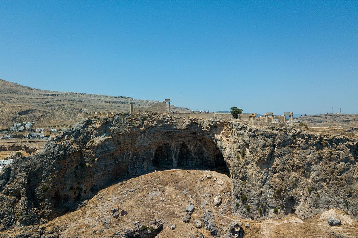 Согласно преданиям древности, Акрополь Линдоса не мог вместить все подношения, часть прятали в пещерах за пределами территории.
