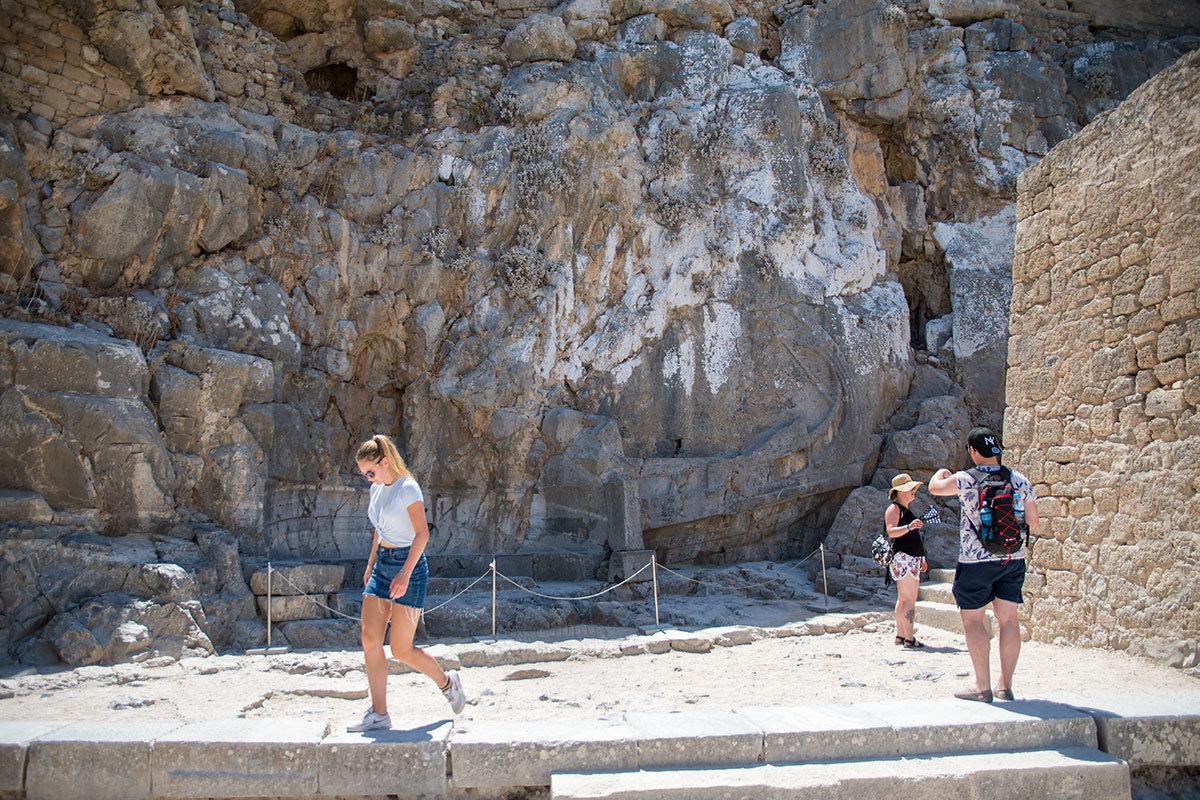 Редкостный скульптурный памятник древности вырублен прямо из скалы под Акрополем Линдоса, это изображение древнегреческой триеры.