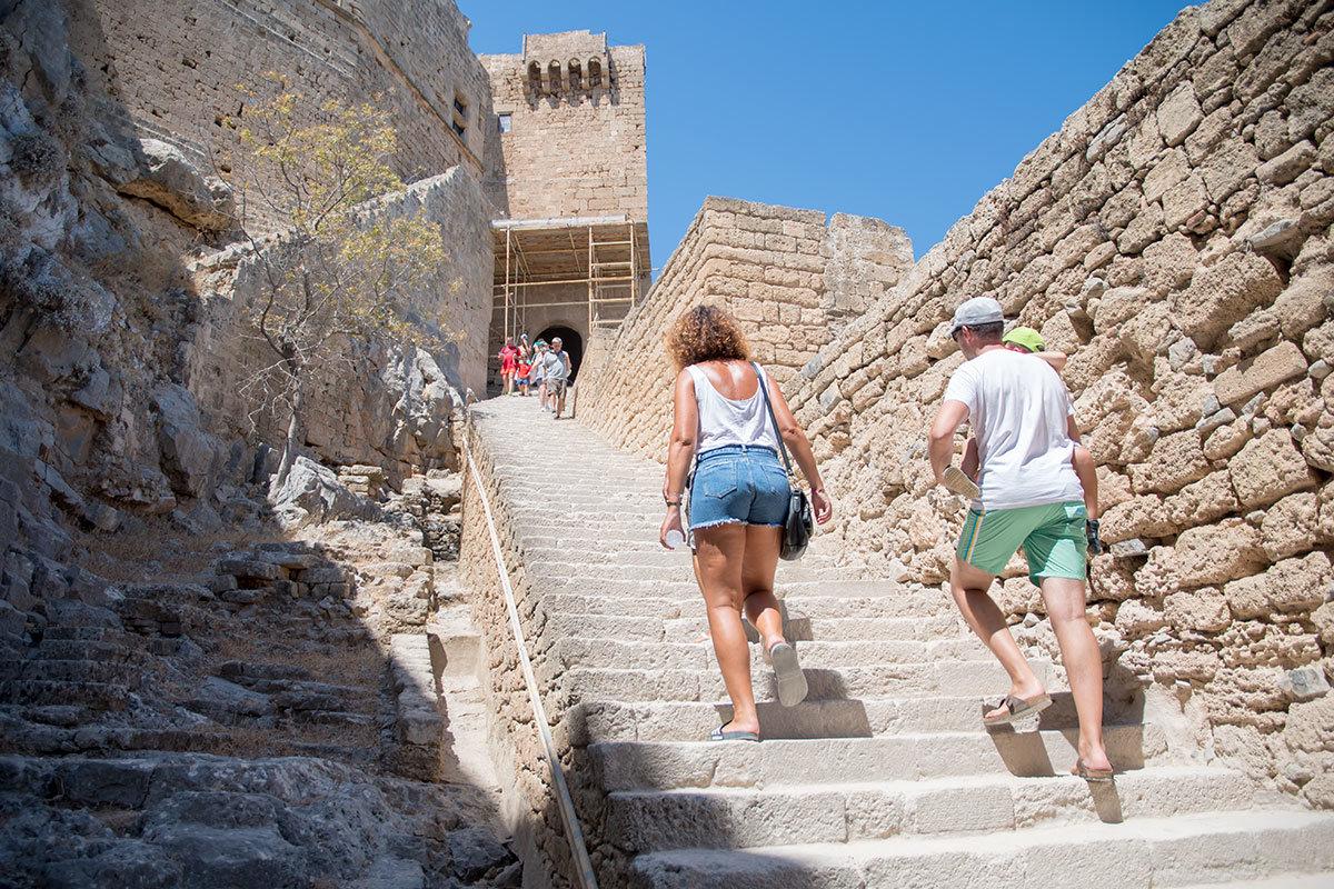 Среди средневековых стен и строений сохранилась старая лестница на Акрополь Линдоса, построенная во времена правления Клеобула, одгного из семи мудрецов.