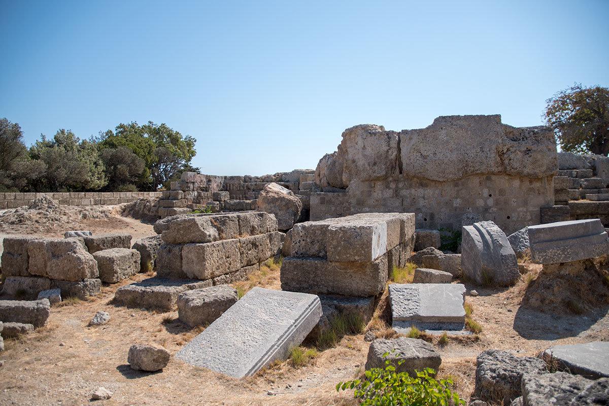 Все строительные детали и элементы, откопанные при исследованиях территории Акрополя Родоса, аккуратно складируются в ожидании использования.