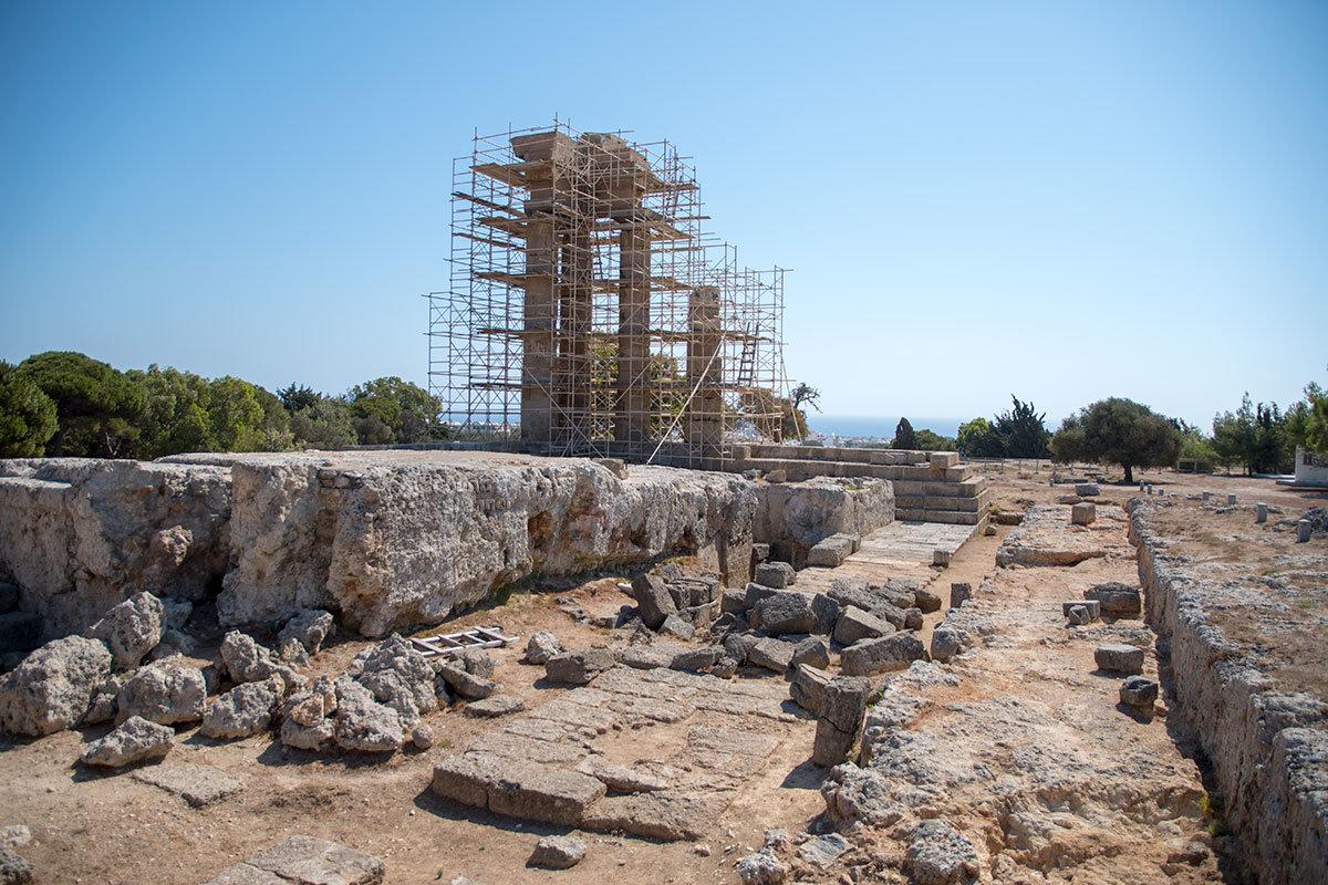 Приблизительные габариты храма Аполлона Пифийского в Акрополе Родоса можно определить по расположению сохранившихся фундаментов.