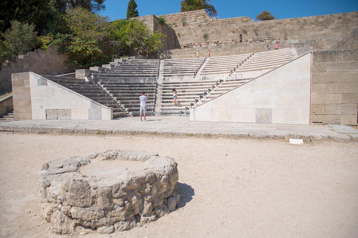 Похожее на очаг для костра сооружение близ амфитеатра Одеон могло служить для огня соревнований на стадионе, рядом с Акрополем Родоса.