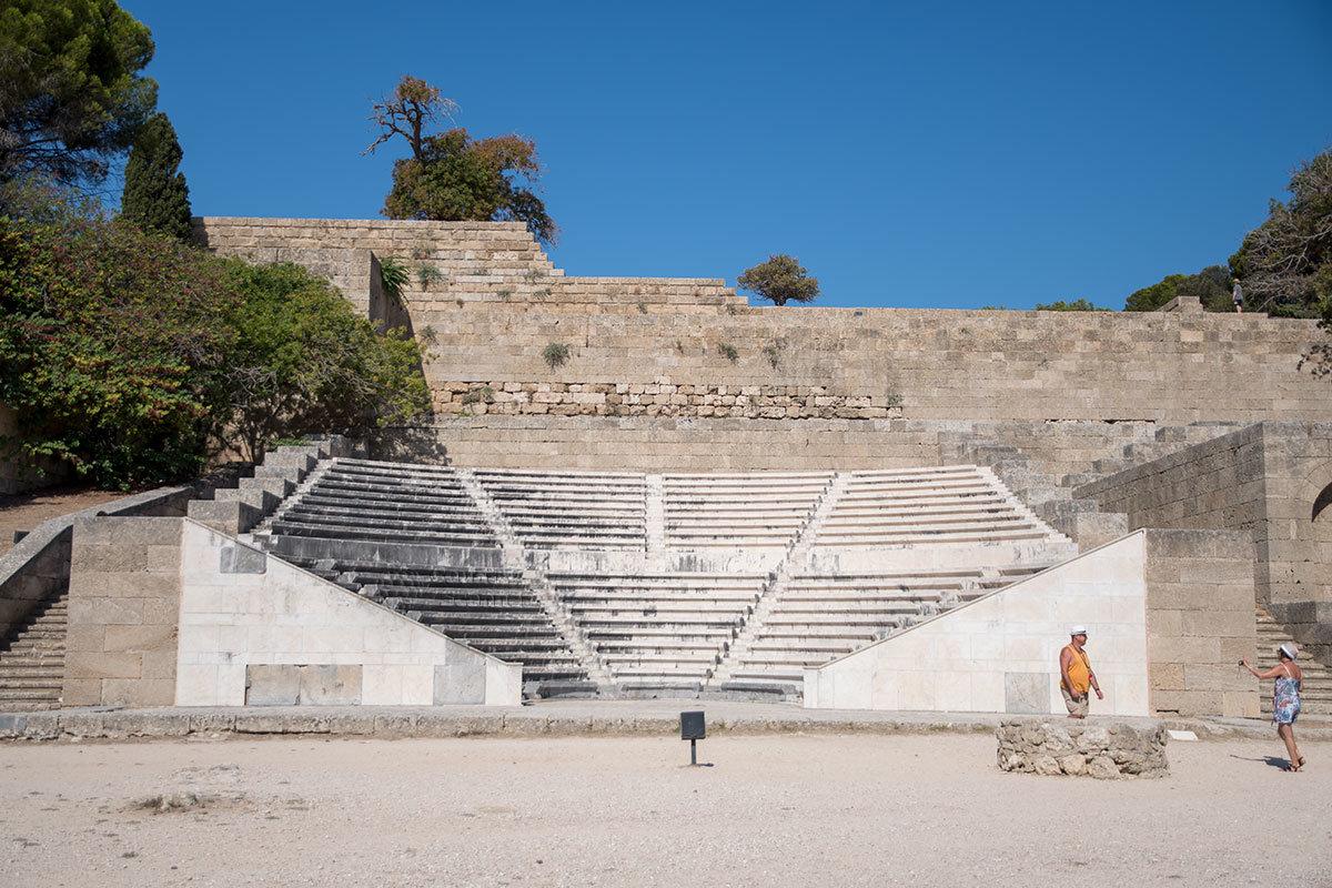 На восточном склоне возвышенности расположен амфитеатр местной ораторской школы, один из заметных объектов Акрополя Родоса.