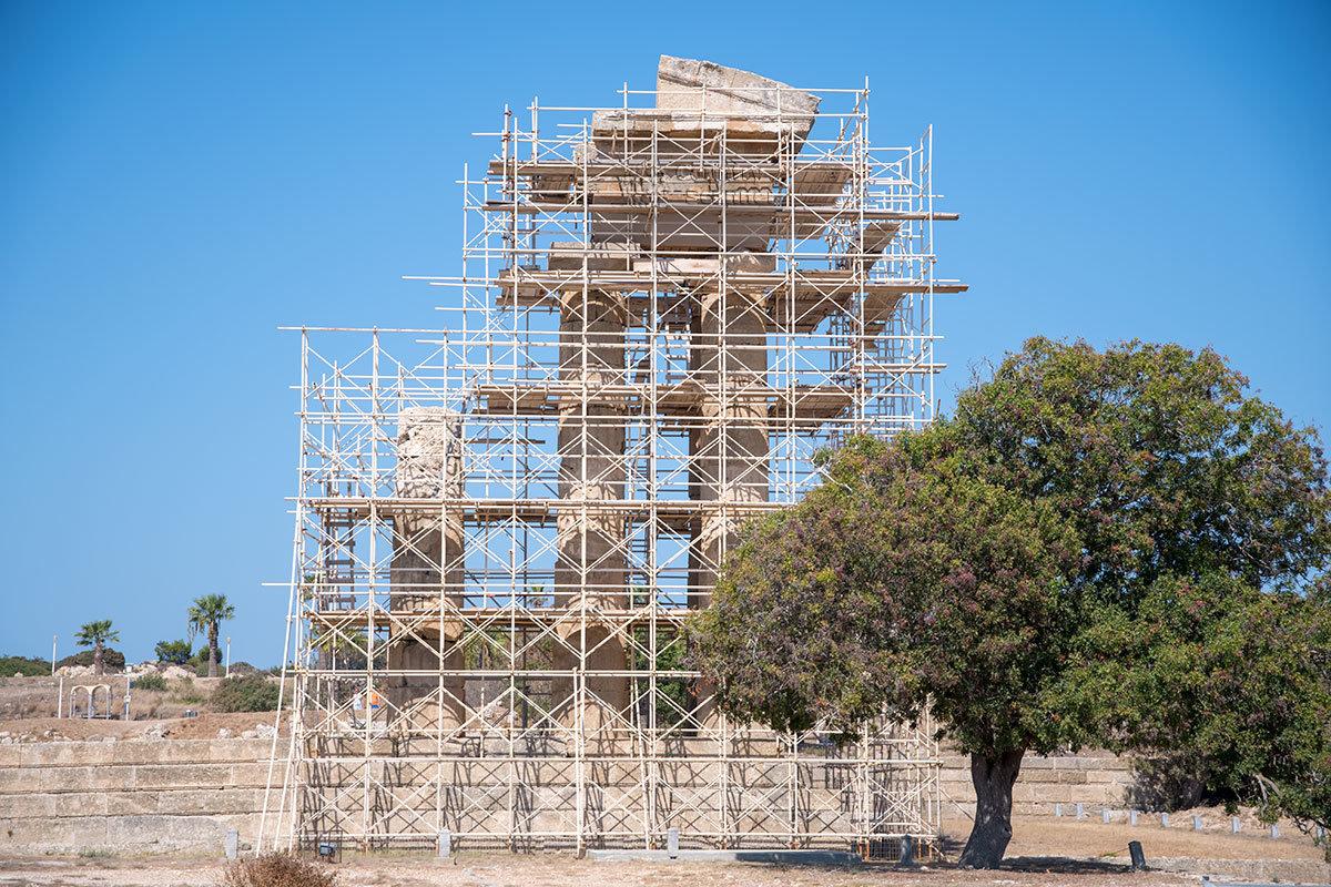 Главная достопримечательность Акрополя Родоса, древний храм Аполлона Пифийског, от которого остались только 3, колонны, окружен лесами реставраторов.
