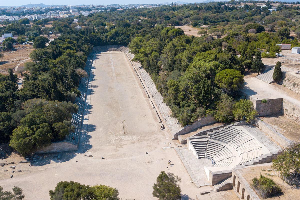 Античный стадион Родоса расположен в непосредственном соседстве со здешним Акрополем и обычно посещается совместно.