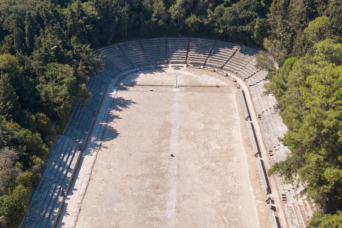 Неизвестно, было ли так в древние времена, но сейчас античный стадион Родоса окружен плотными зарослями деревьев.