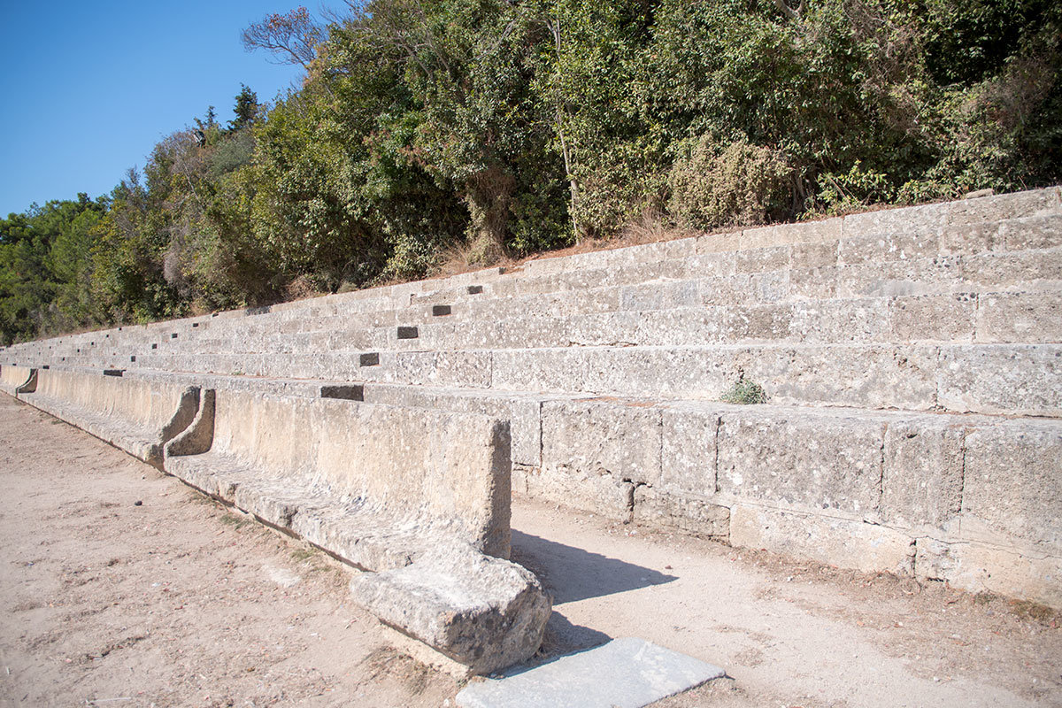 Трибуны для древних болельщиков на античном стадионе Родоса выполнены из наиболее доступного и прочного материала – природного камня.