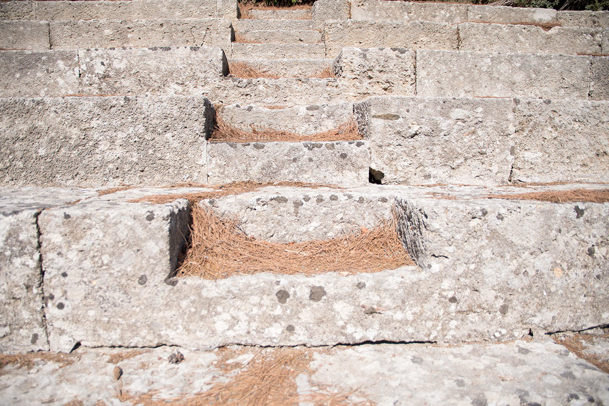 Мрамор зрительских трибун античного стадиона Родоса не самого высшего качества, что наглядно демонстрирует их внешний вид.
