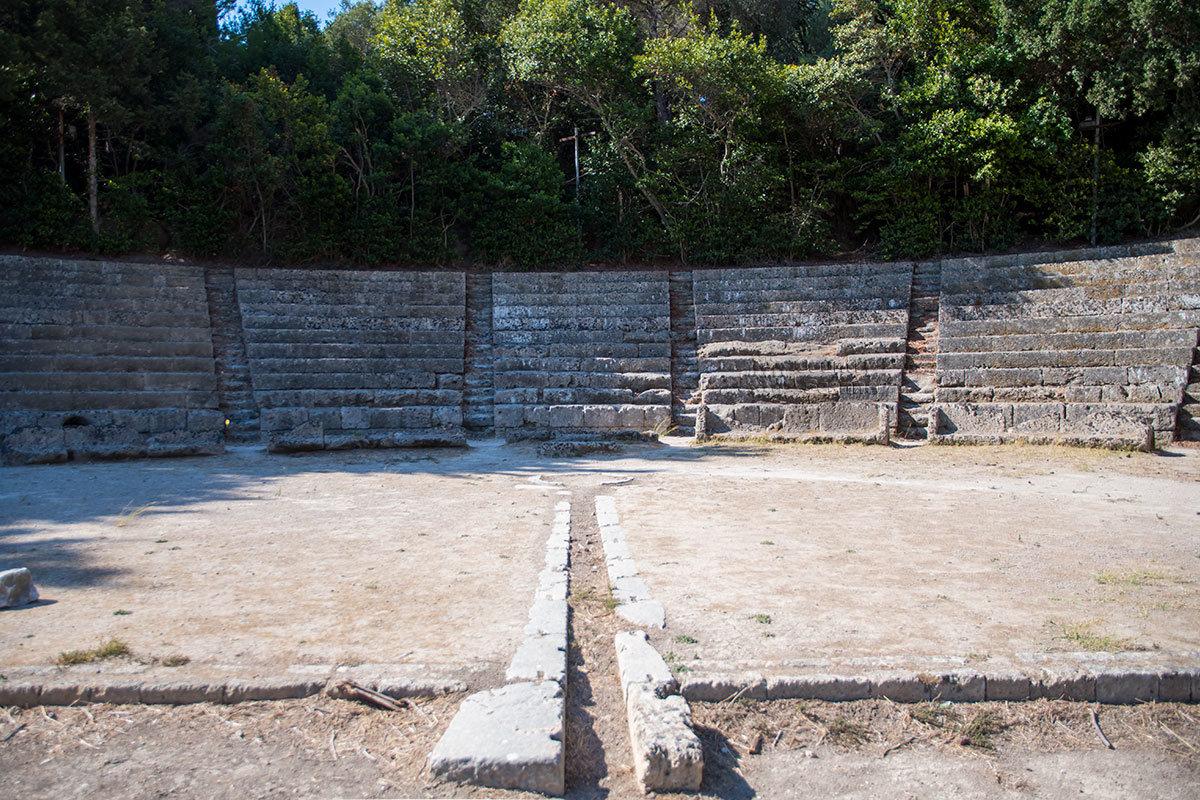 Атлеты на арене античного стадиона Родоса соревновались в беге и прыжках в длину с места, кулачном бою и борьбе, ряде других дисциплин.