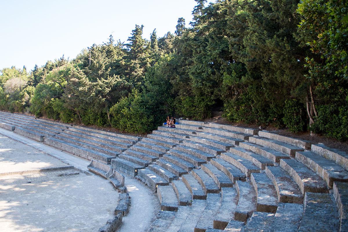 Судя по количеству рядов зрительских трибун. Самыми популярными были места на закруглении арены из-за повышенной зрелищности.