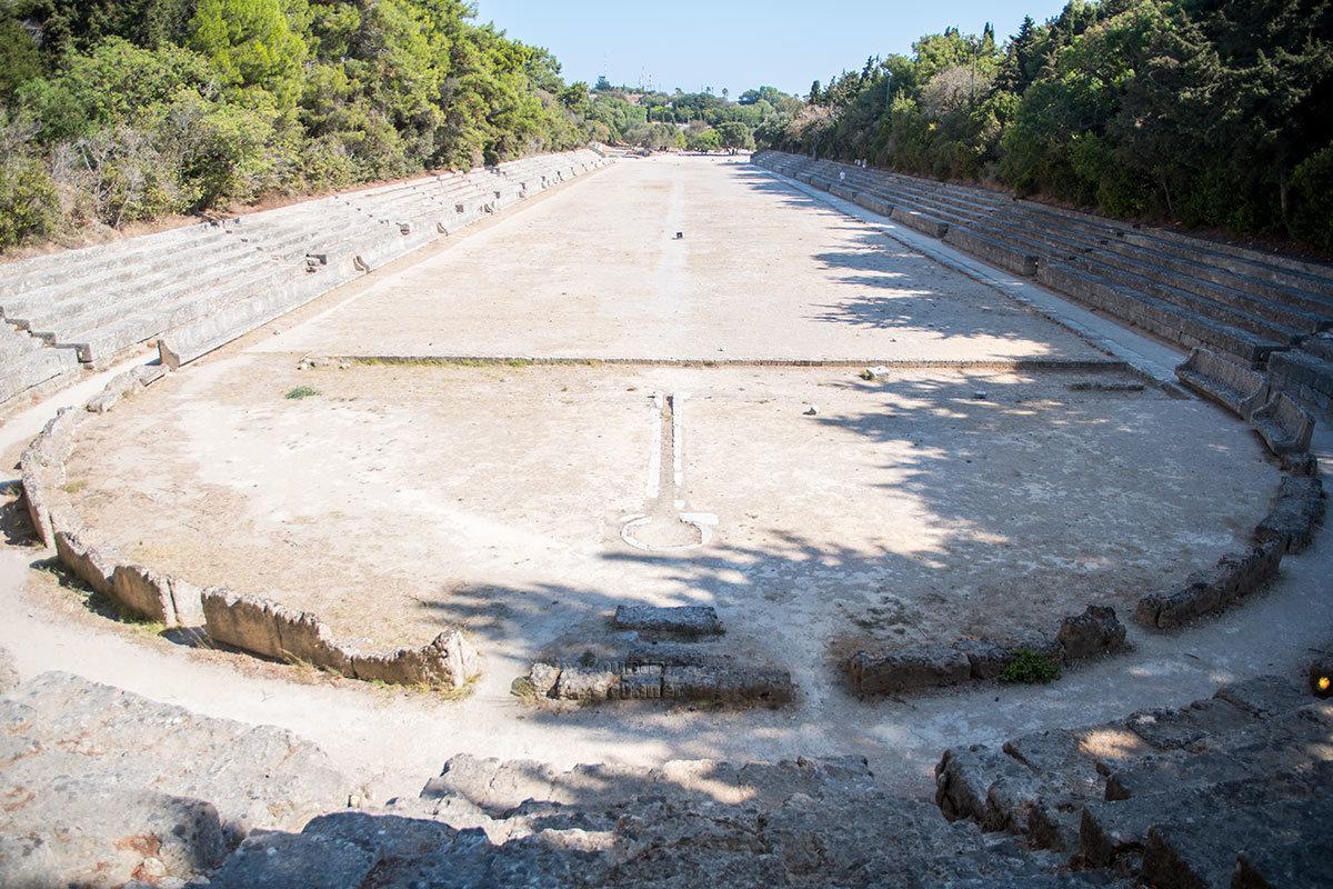 Античный стадион Родоса открыт не только для туристического посещения, каждый желающий может совершать здесь пробежки.