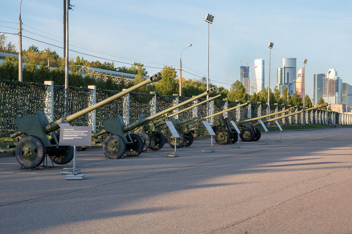 Среди артиллерийских орудий, выставленных на территории экспозиции вооружения и военной техники, внимание привлекают самодвижущиеся пушки.