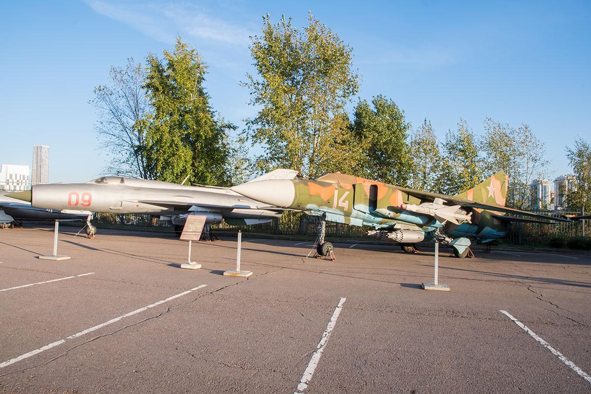 Великие державы участвовали в локальных конфликтах скрытно или оказывали помощь, представленную в экспозиции вооружения и военной техники.