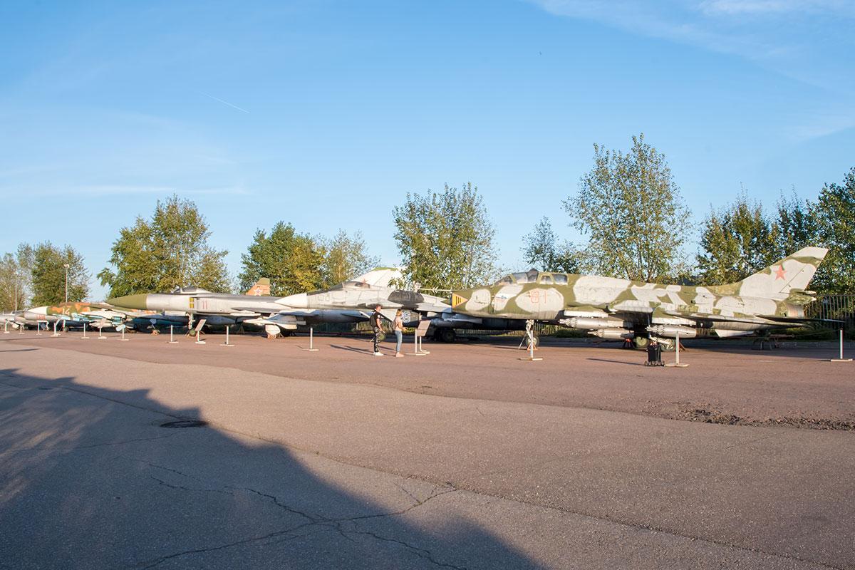 Истребительная и штурмовая авиация в экспозиции вооружения и военной техники представлена самолетами бюро Микояна и Гуревича, а также Сухого.