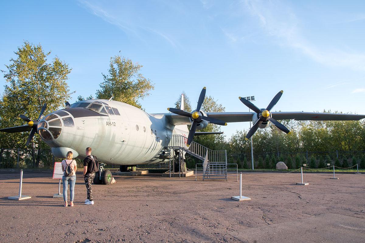 Крупнейший экспонат экспозиции вооружения и военной техники музея Победы – военный транспортный самолет Ан-12, имеющий и гражданское применение.