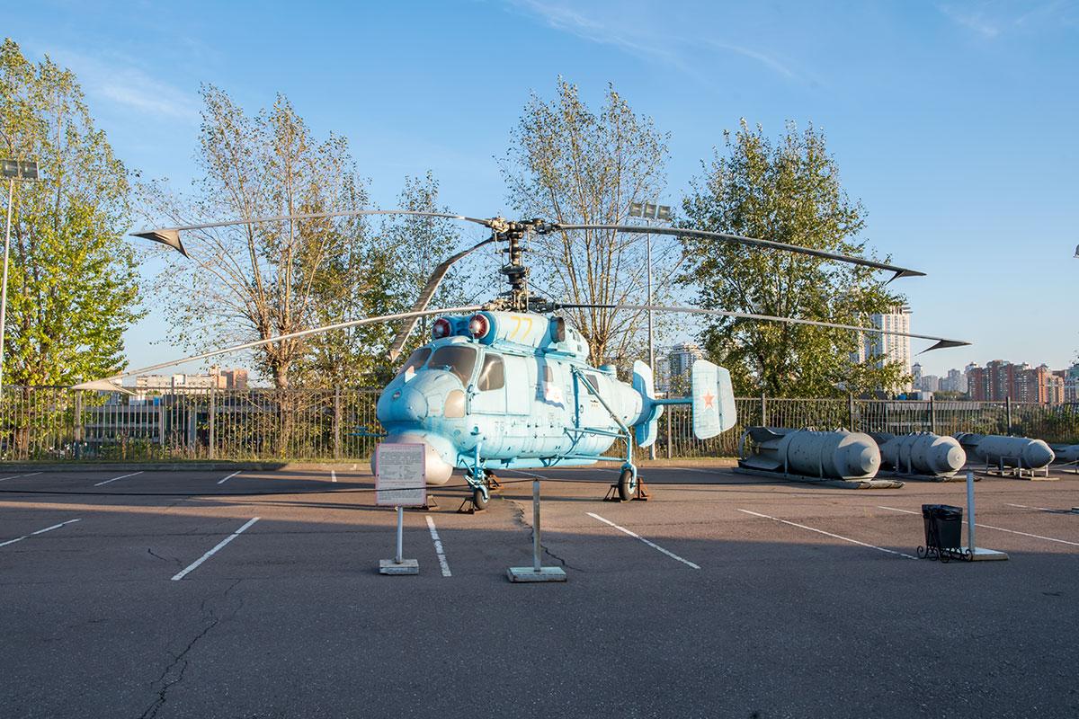 Представленный в экспозиции вооружения и военной техники противолодочный вертолет корабельного базирования с соосными винтами создан фирмой Камов.
