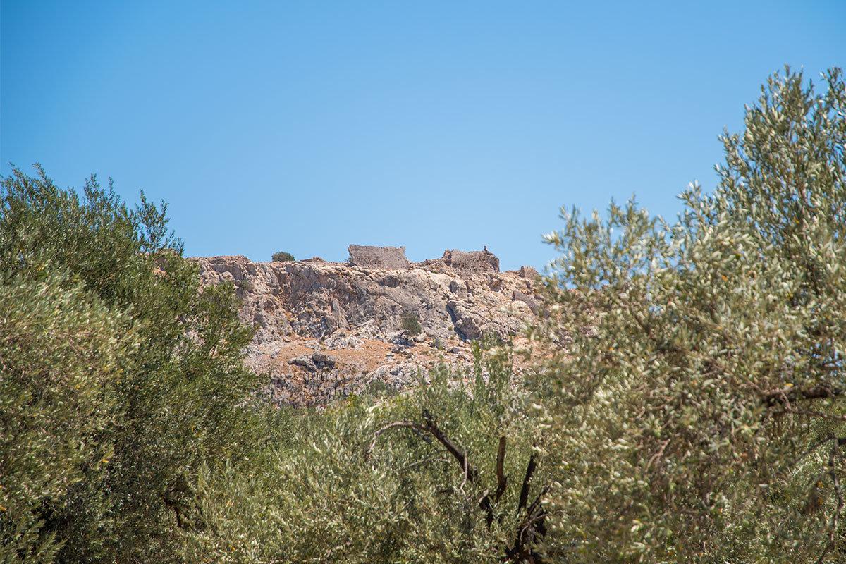 Византийская крепость Фераклос построена на неприступном горном плато на вершине скалы, снизу видны только остатки укреплений.
