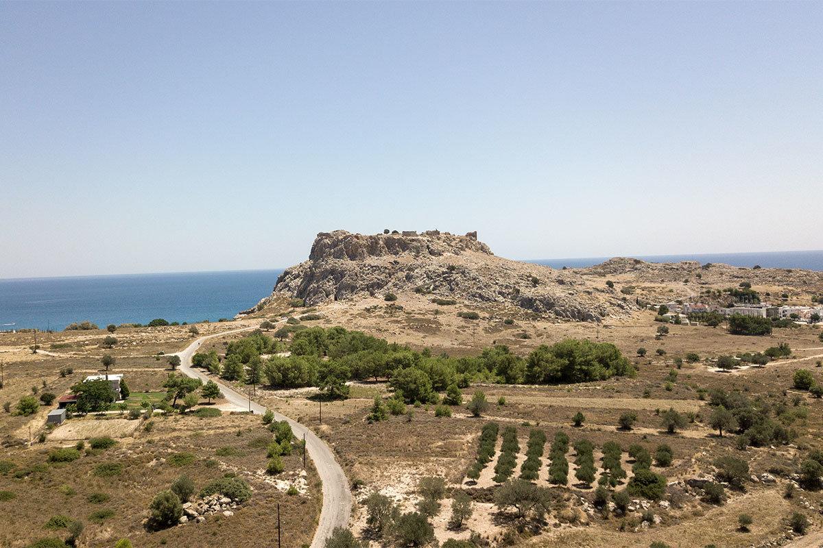 Высотная фотография с квадрокоптера показывает доминирующее положение крепости Фераклос над окружающей местностью.