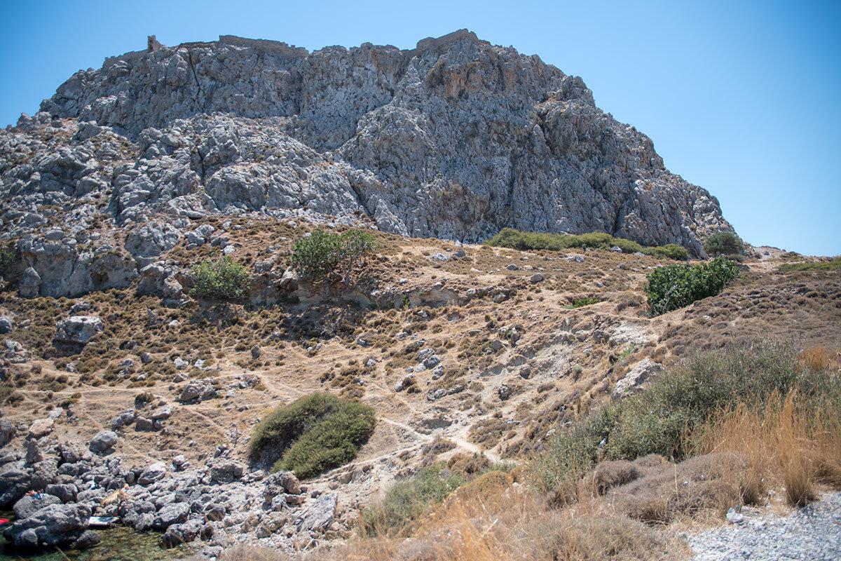 Скалистая вершина, где располагается крепость Фераклос, с этого ракурса кажется совершенно недоступной без специального снаряжения.