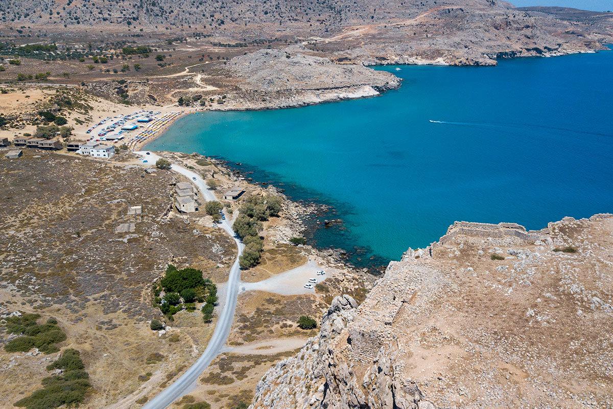 Всего в полукилометре от крепости Фераклос виднееется окультуренный песчаный пляж, до него – нетронутый скалистый берег морской бухты.