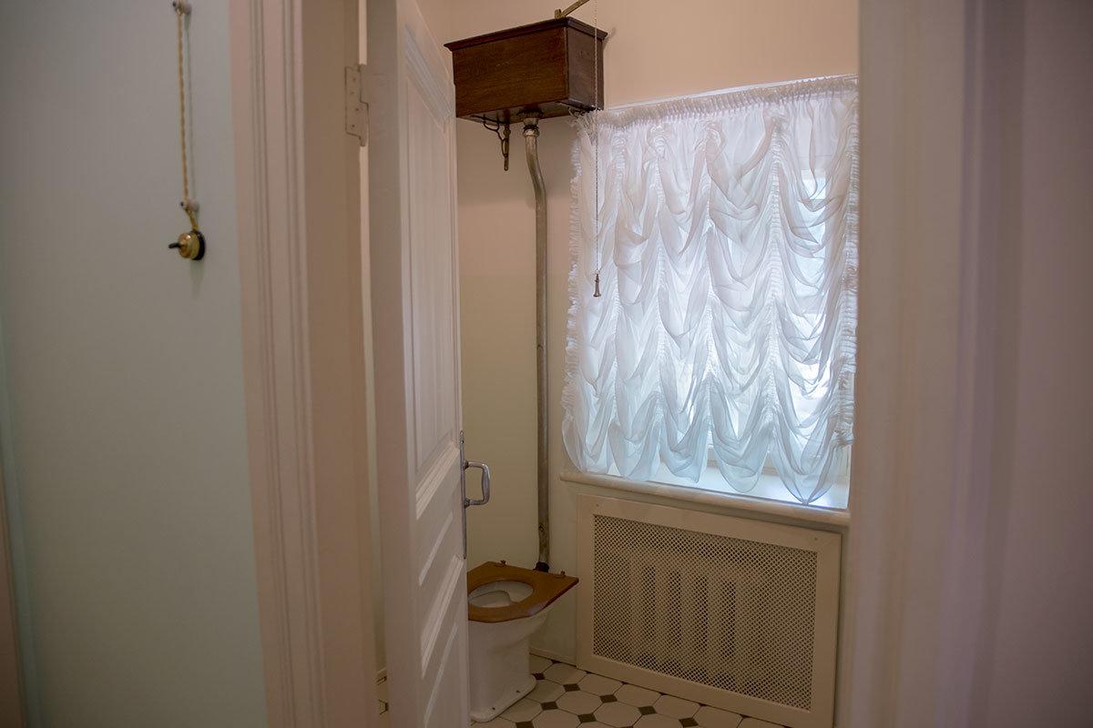 Не запрещается в Музее-усадьбе Ленина в Горках осматривать даже туалет с непривычно высоко расположенным смывным бачком.