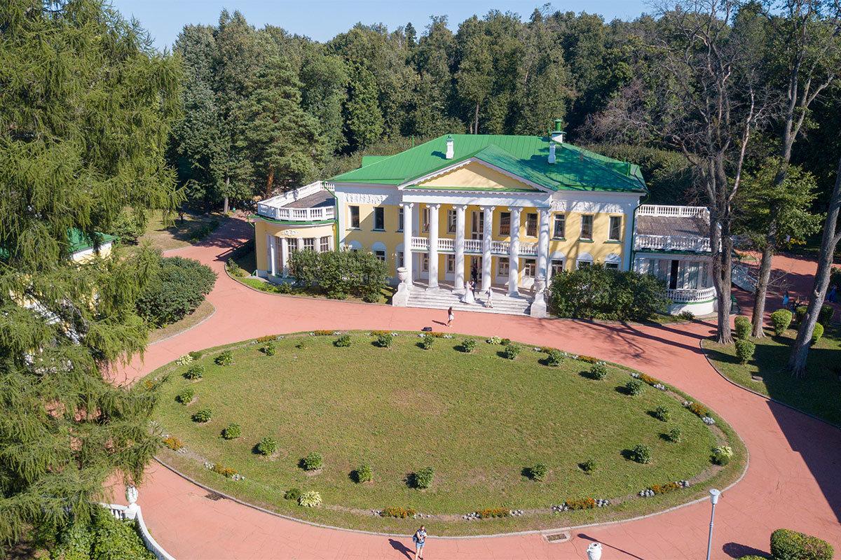 Еще одна высотная фотография Музея-усадьбы Ленина в Горках позволяет рассмотреть подробно главный особняк и окружающую территорию.