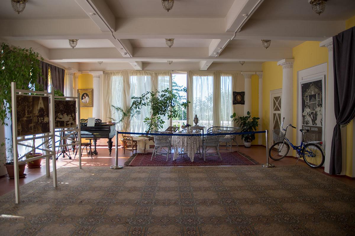 Помещение в южной пристройке особняка Музея-усадьбы Ленина в Горках оборудовано плетеной мебелью для чаепитий.