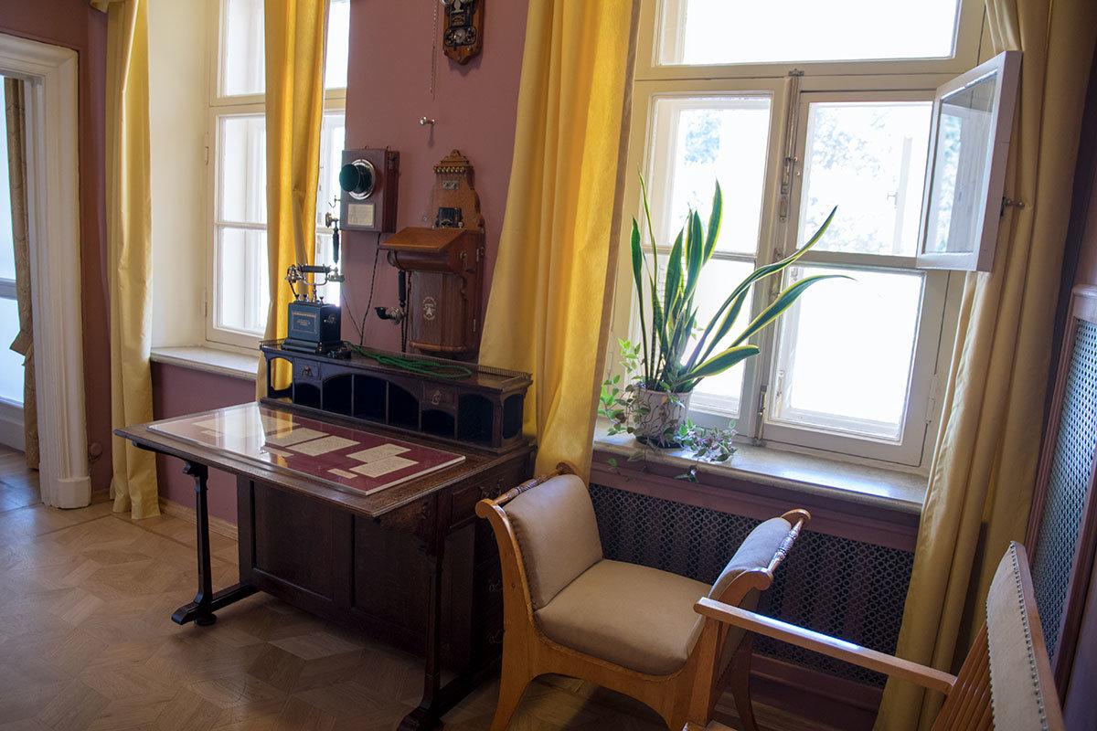 Небольшую комнатку первого этажа Музей-усадьба Ленина в Горках выделил для показа коллекции телефонных аппаратов того времени.