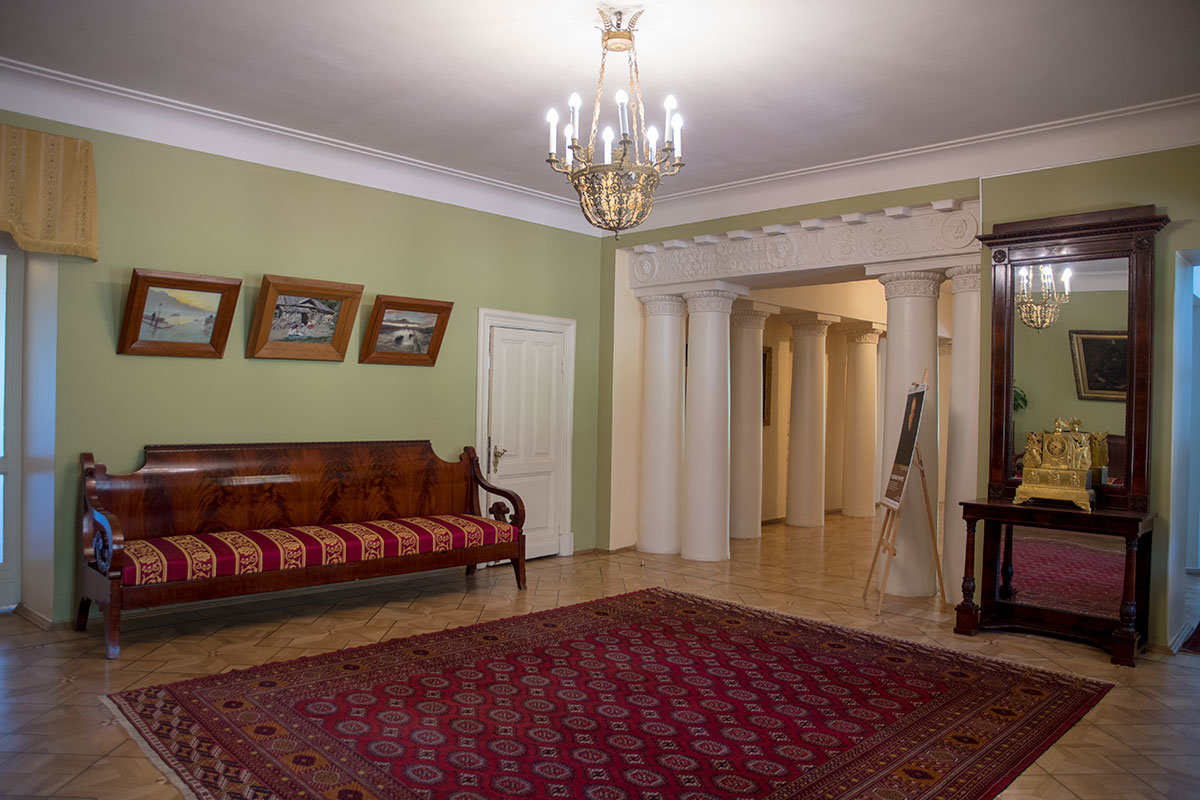 Из просторной прихожей Музея-усадьбы Ленина в Горках посетители проходят в парадную столовую и библиотеку.