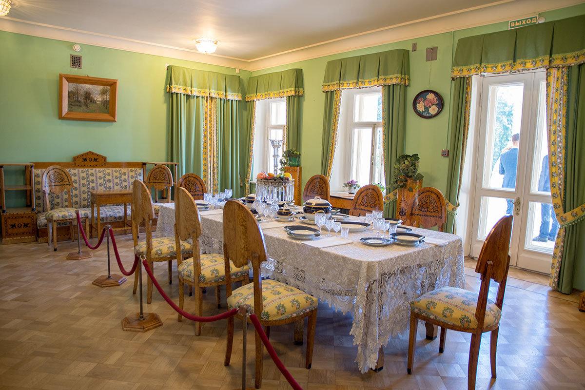 Аристократическая парадная столовая Музея-усадьбы Ленина в Горках оборудована мебелью из карельской березы, на столе – изысканная посуда.