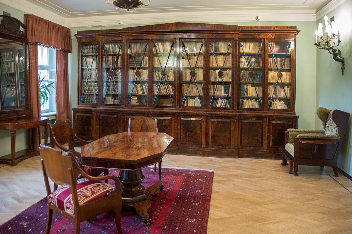 В библиотеке Музея-усадьбы Ленина в Горках – прекрасный мебельный гарнитур, но ценнее любимое кресло Владимира Ильича.
